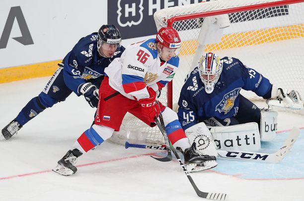 Tältä se turhan usein näytti: Venäjä pyörittää ja Suomi yrittää roikkua mukana. Robert Leino ja maalivahti Juho Olkinuora estävät kuitenkin Andrei Kuzmenkon maalintekoaikeet.