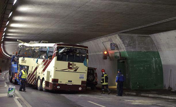 Lehtikuvaajien ottamissa kuvissa bussi on jo irrotettu seinästä.