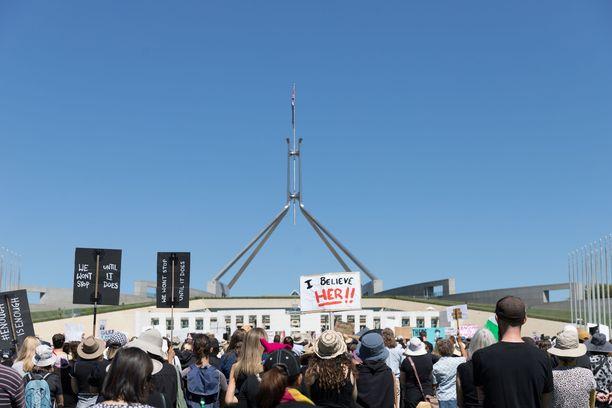 Australian parlamentin ulkopuolella Canberrassa osoitettiin viime viikolla mieltä naisvihaa ja naisten hyväksikäyttöä vastaan.