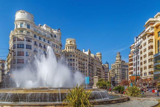 Kaupungintalon aukiolla on suihkulähteitä ja tapahtumia.