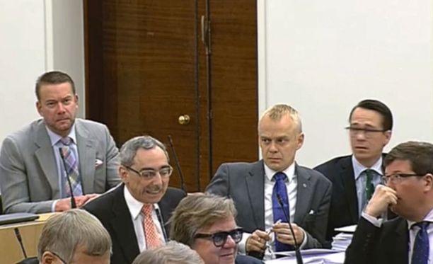 Ben Zyskowicz esitti puhemieheltä moitteet aiheuttaneen puheenvuoron ja irvisti istuutuessaan.