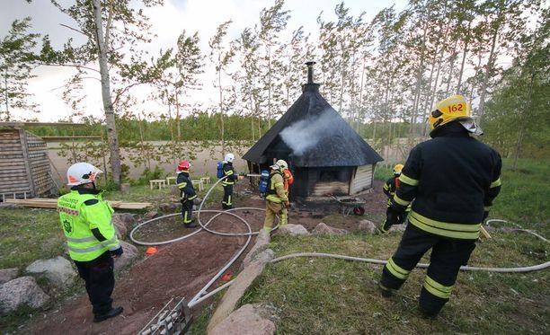 Partiolaisten grillikotaa oli sammuttamassa kaksi pelastuslaitoksen yksikköä.
