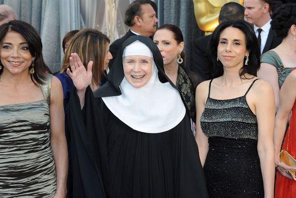 Nunna Delores Hart on entinen näyttelijä ja yksi Oscareiden äänioikeutetuista. Hänen elämästään tehty God is the Bigger Elvis on ehdolla parhaaksi lyhytdokumentiksi.