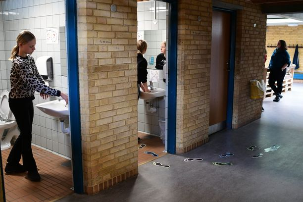 Koronaviruksen leviämistä estetään kouluissa muun muassa ahkeralla käsienpesulla. Kuva Korshoej'n koulusta Tanskan Randersista.