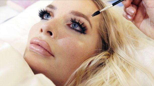 Jasmin Britney haaveilee matkasta Las Vegasiin. Siellä hän haluaisi yöpyä hotellissa, jossa on Barbie-sviitti.