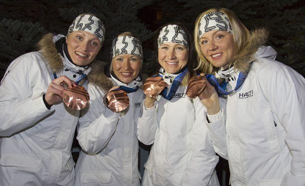 Riitta-Liisa Roponen (toinen vasemmalta) on voittanut hienolla urallaan seitsemän arvokisamitalia. Kuva Vancouverin olympiakisojen viestipronssin jälkeen vuodelta 2010. Suomen joukkueessa hiihtivät Roposen lisäksi Pirjo Manninen (vas.), Aino-Kaisa Saarinen ja Virpi Kuitunen.