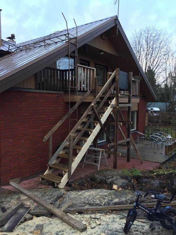 Kuvassa talo remontin keskellä. Yläkertaan rakennettu vaihtoehtoinen sisäänkäynti.