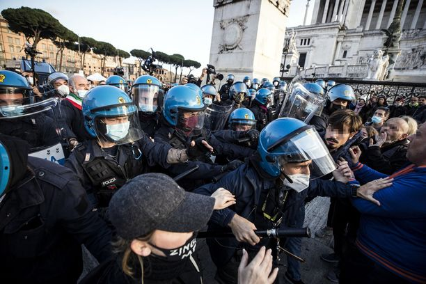 Koronarajoitusten vastaiset mielenosoitukset menivät hulinaksi Roomassa sunnuntaina.
