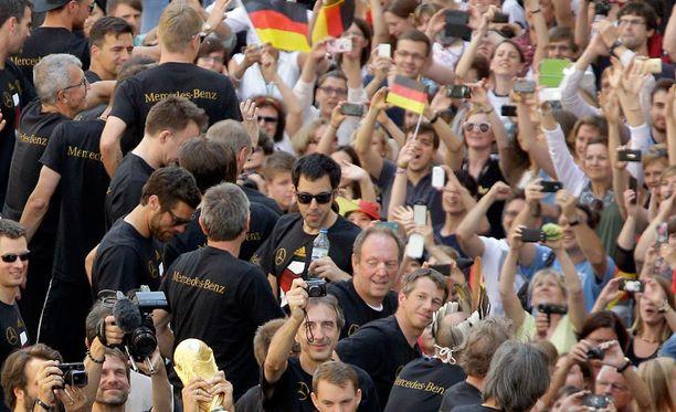 Maailmanmestarit saivat Berliinin sekaisin.