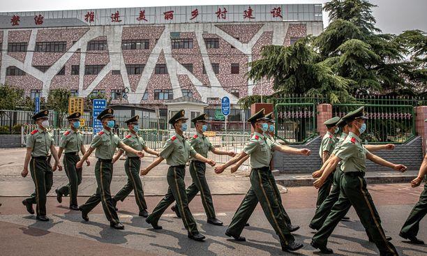 Xinfadin markkinat suljettiin lauantaina aamulla. Paikalle on komennettu sotilaita vahtimaan sitä, että ihmiset pysyvät poissa.