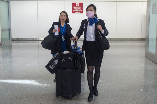 United Airlines -lentoyhtiön lentoemännällä on hengityssuojan, kun hän on poistumassa San Franciscon lentokentältä.