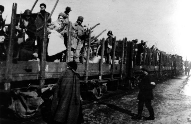 Valkoisten joukkoja matkalla rintamalle Kangasalan asemalla vuonna 1918.