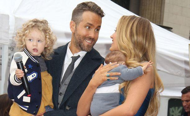 Ryanin sylissä James-tytär, Blaken sylissä Inez-vauva.