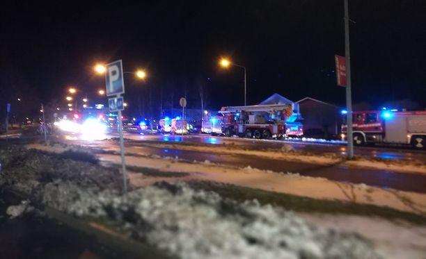 Tulipalo tapahtui Kauhavan keskustassa Kauppatiellä, paikallista K-Supermarketia vastapäätä sijaitsevissa kerrostaloissa. Päivystävän palomestarin mukaan tulipalo riehui yhdessä asunnossa.