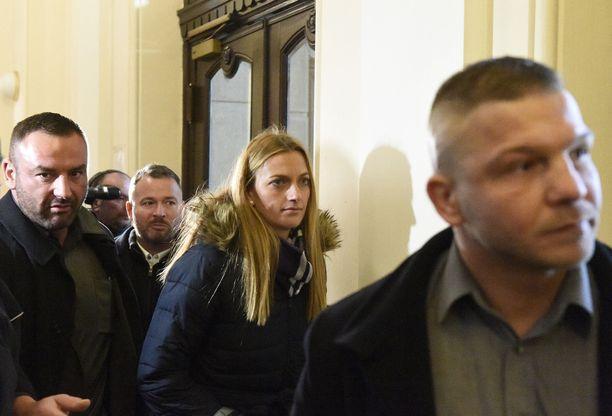 Petra Kvitova poistui Brnon oikeustalolta suuren joukon saattelemana.