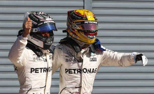 Valtteri Bottas (vas,) ja Lewis Hamilton juhlivat Mersun kaksoisvoittoa.