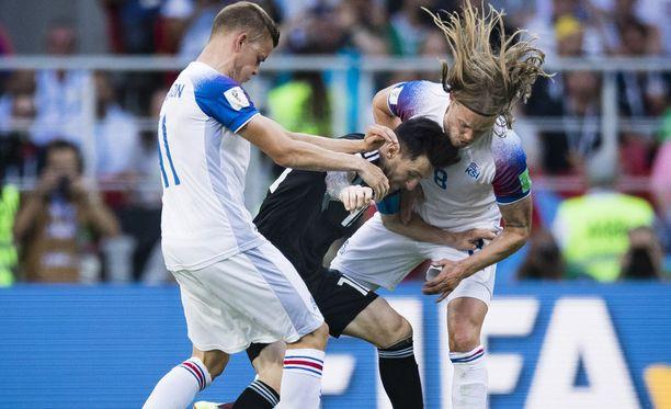 Alfred Finnbogason (vas.) ja Lionel Messi (kesk.) ovat vääntäneet kentän lisäksi myös suullisesti.