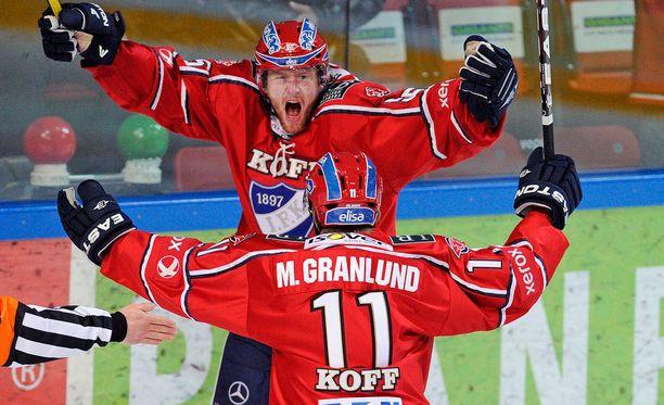 Daniel Fernholm juhli maalia Ilvestä vastaan 2012 helmikuussa. Onnittelemassa Markus Granlund.