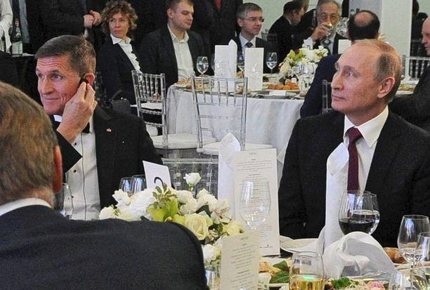 Michael Flynn istui gaalaillallisilla Moskovassa joulukuussa 2015 presidentti Putinin vieressä ja kuittasi siitä hyvästä yli 30 000 dollaria.