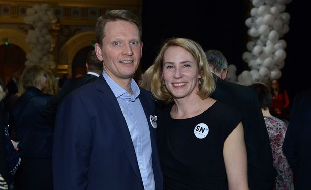 Nuutti Niinistö odottaa vaimonsa Saaran kanssa lopullista vaalitulosta Vanhalla ylioppilastalolla.