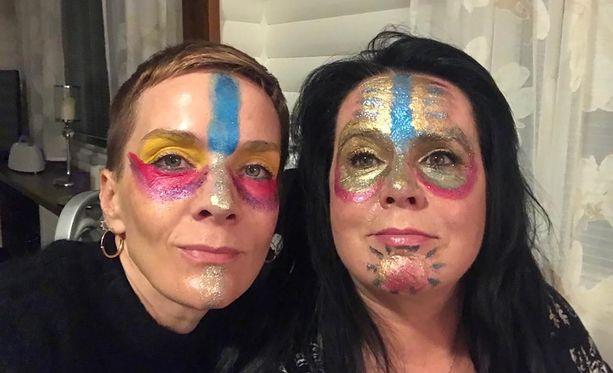 Maria Veitola ja Kaija Koo innostuvat meikkaamaan itselleen naamiot tulitanssia varten.