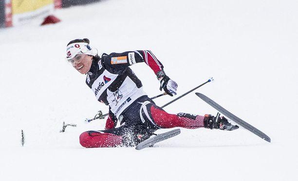 Heidi Weng satutti peukaloaan kaatuessaan. Norjalainen istuskeli haaverin jälkeen tuskissaan maalialueella. Arkistokuva.
