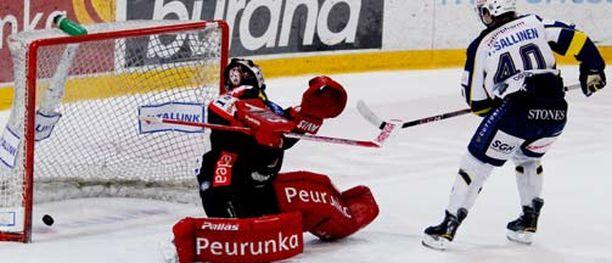Bluesin Tomi Sallinen ohitti Pekka Tuokkolan kertaalleen alivoimalla läpiajosta.