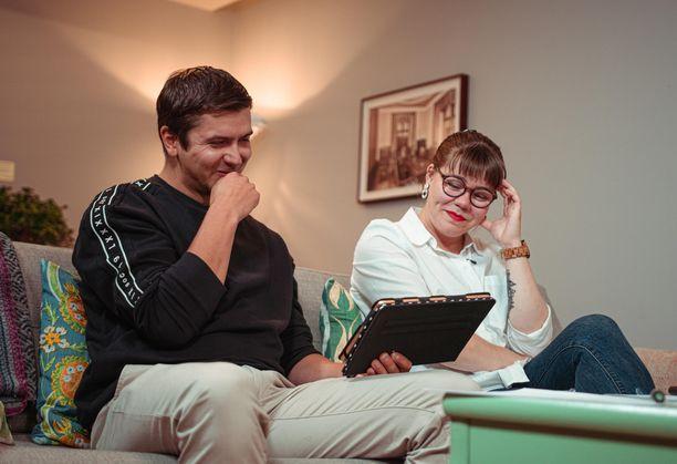 Saadaan Tuomaksesta ja Emmasta hymykin irtoamaan Marianna Stolbowin sohvalla.