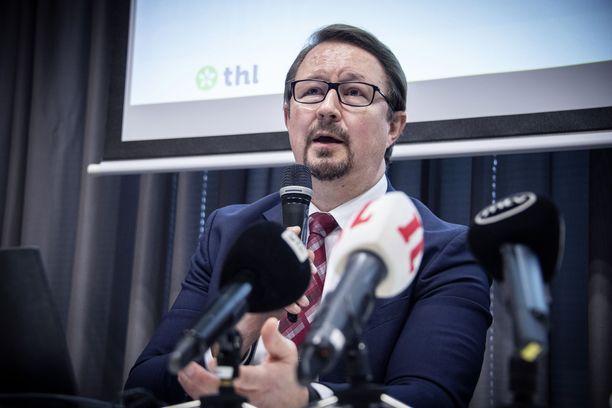Myös Mika Salminen uskoo, että rajoituksia voidaan alkaa purkaa asteittain.