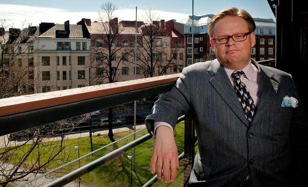 Juhana Vartiainen osallistuu talousraportin laatimiseen.
