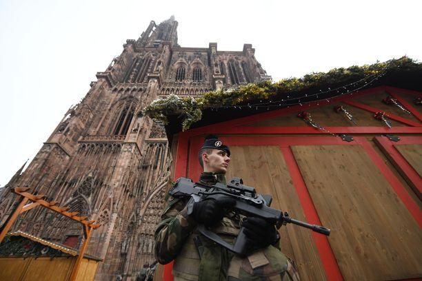Terrorismin vastaisen sotilasjoukon, Opération Sentinellen, sotilas valvoi Strasbourgin suljettua joulutoria keskiviikkona.