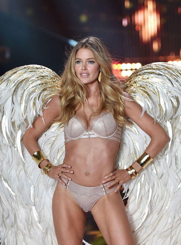 """Seksikkäät mallit ja näyttävät muotinäytökset ovat osa Victoria's Secretin brändiä. Kuvassa Victorian """"enkeleihin"""" kuuluva Doutzen Kroes."""