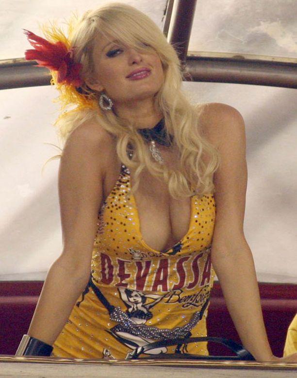 Paris nautiskeli sambakarnevaaleista yksityisaitiossa.