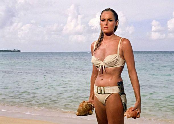 Ursula Andress teki ikimuistoisen roolisuorituksen Honey Ryderinä.