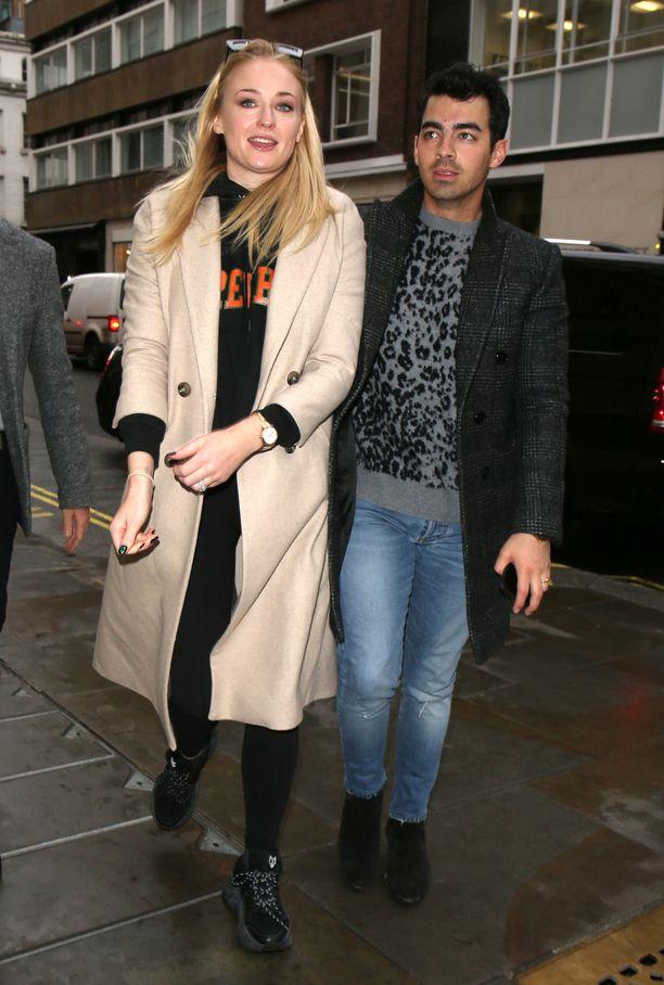 Näyttelijä Sophie Turner ja laulaja Joe Jonas kävelemässä Lontoossa tammikuun loppupuolella.