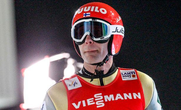 Janne Ahonen hyppää Suomen joukkueen ankkurina.