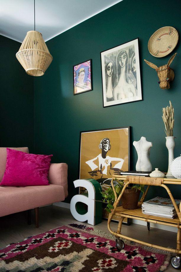 Irenen kodin vierashuoneen seinä on Tikkurilan Vuono - värisävyä on udeltu lukuisia kertoja Irenen blogissa ja somekanavissa. Futonnetin soma vaaleanpunainen sohva erottuu kauniisti seinästä.