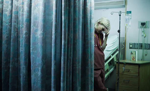 Kuvituskuva. Hoitajina työskentelevät kertovat kohdanneensa ylimielistä käytöstä lääkäreiltä.