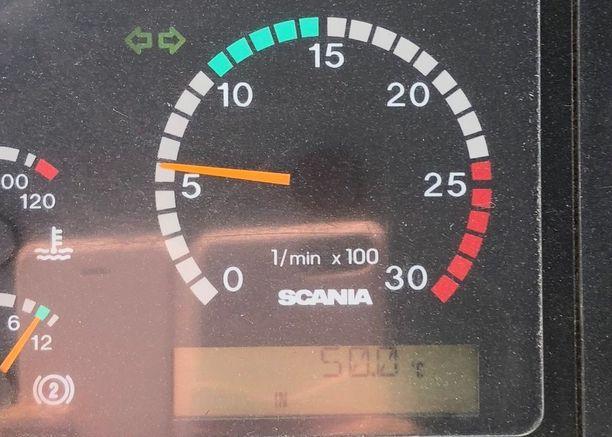Linja-auton kuljetteja Ida otti kuvan ajopiirturista, joka kertoi hänen bussinsa sisälämpötilan nousseen 50 asteeseen.