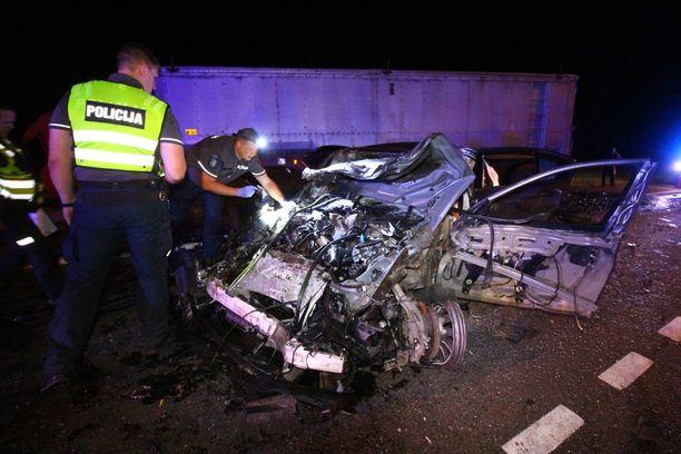 Henkilöauto tuhoutui kolarissa pahoin.