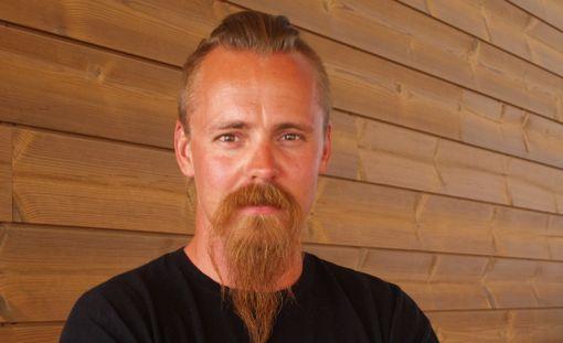 Jasper Pääkkönen tähdittää Viikingit-sarjaa.