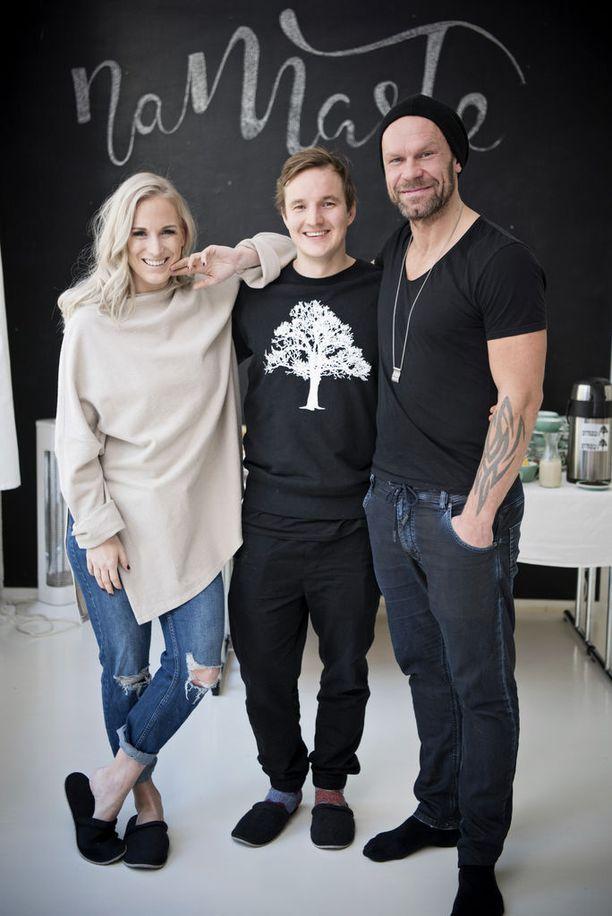 Nanna Karalahti, Johannes Laine ja Jere Karalahti. Laine on esimerkiksi suositun Roots Helsinki -kahvilajoogastudion perustaja.