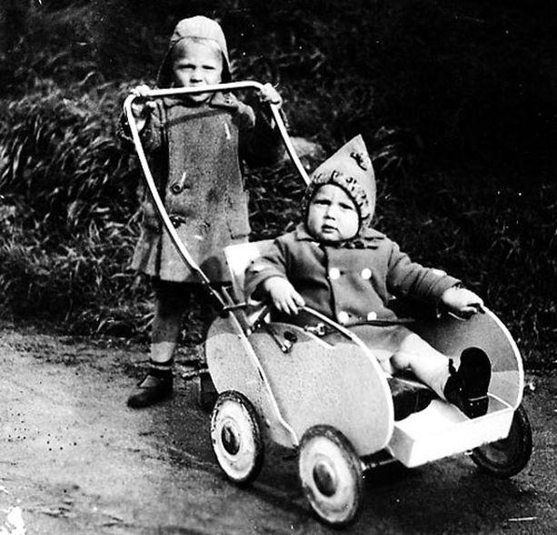 - Isompi veljeni Johannes lykkää minua rattailla Kauhajoella, minne päädyimme evakkoon Viipurista. En muista tuosta Mäki-Jouppilan talosta muuta kuin komean koivukujan.