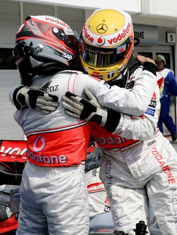 Heikki Kovalainen ja Lewis Hamilton onnittelevat toisiaan mainiosta työstä.