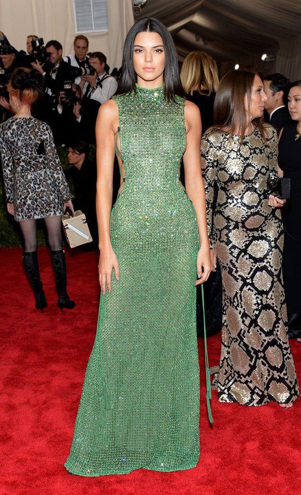 Kendall Jenner ja Calvin Klein Collectionin korkeakauluksinen puku.