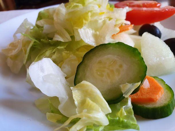 Heikius otti salaatin erilliselle lautaselle.