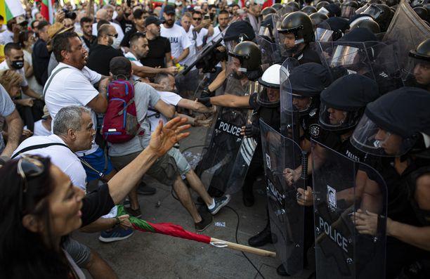Mielenosoitus muuttui väkivaltaiseksi keskiviikkona Sofiassa.