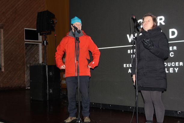 Iin kunnanjohtaja Ari Alatossava (vas.) ja BBC:n toimittaja Erika Benke uutiskanavan tuottaman dokumentin ensi-illassa Iissä lauantaina 14.12.2019.
