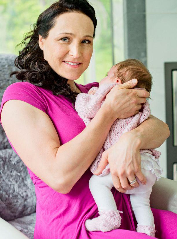 Aino-Kaisa Saarisen esikoistytär syntyi toukokuussa.
