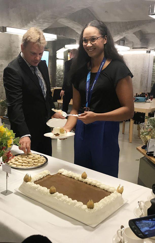 Mimosa Jallow pääsi tiistaina leikkaamaan kakkua ensimmäisen henkilökohtaisen arvokisamitalinsa kunniaksi.